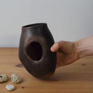 Pensée - Margaux Ceramics - Grotte enfumée 05 main