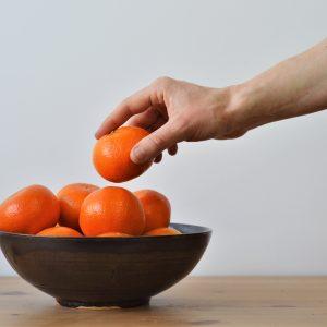 bol à manger - oranges et main